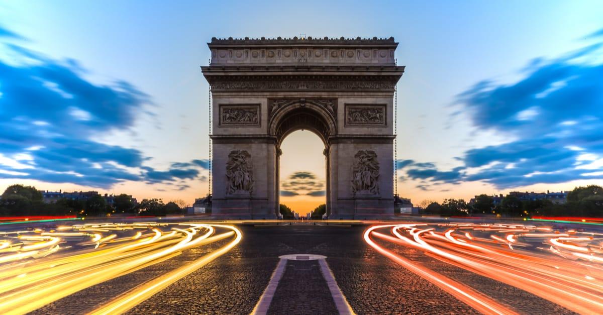 paris arc triomphe voitures