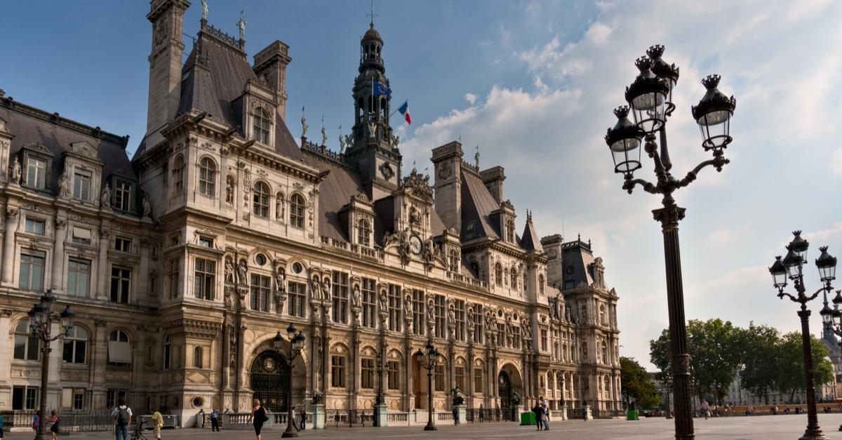 Hotel de ville Paris hommage cathedrale