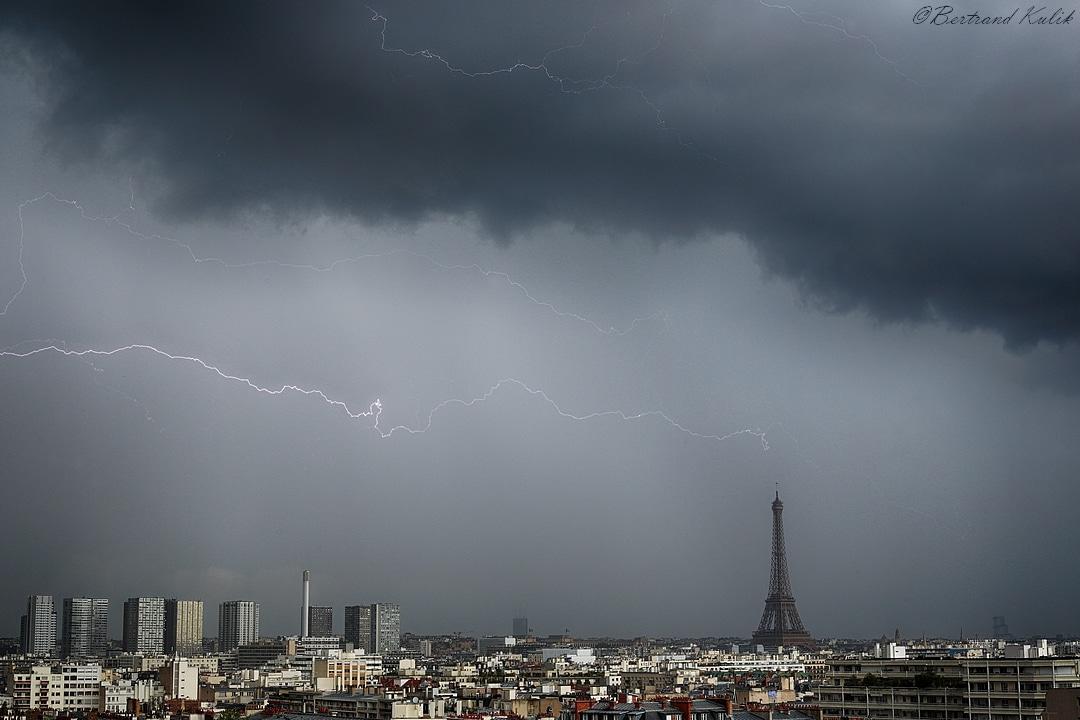 Tour Eiffel frappee par la foudre