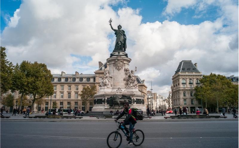 coursier place republique paris