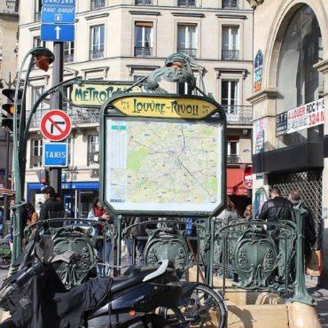 Entrée métro Louvre Rivoli Paris 1